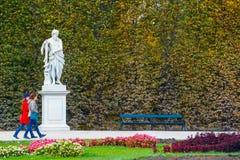 庭院在美泉宫在维也纳,奥地利 免版税图库摄影