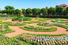 庭院在Peterhof宫殿在圣彼得堡,俄罗斯 库存照片