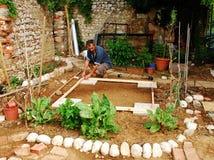 庭院地产流洒的人准备 免版税库存图片