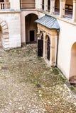 庭院城堡拱廊Pieskowa Skala,在克拉科夫,波兰附近的中世纪大厦 免版税库存图片