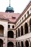 庭院城堡拱廊Pieskowa Skala,在克拉科夫,波兰附近的中世纪大厦 免版税图库摄影