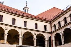 庭院城堡拱廊Pieskowa Skala,在克拉科夫,波兰附近的中世纪大厦 库存图片