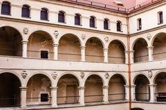 庭院城堡拱廊Pieskowa Skala,在克拉科夫,波兰附近的中世纪大厦 库存照片