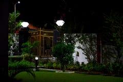 庭院夜视图在光下的 免版税库存照片
