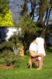 庭院姿势女子瑜伽 免版税库存照片