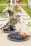 庭院婚礼桌 免版税库存照片