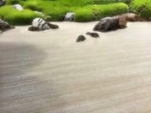 庭院宏指令倾斜了沙子被赌的石头三禅宗 免版税图库摄影