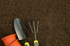 庭院工作:罐、工具和额外空间文本的 免版税库存照片