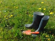 庭院工作/胶靴在草 免版税库存图片