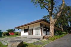 庭院房子天空结构树 免版税库存照片