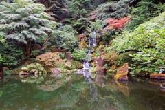庭院日本人瀑布 免版税库存照片