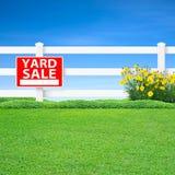庭院旧货出售标志和篱芭 库存图片