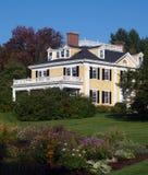 庭院有历史的豪宅 免版税库存图片