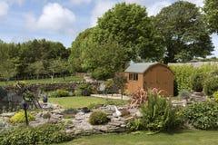 庭院棚子和露台有就座的在一个可爱的庭院里设置了 图库摄影
