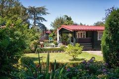 庭院棚子由一个美丽的装饰庭院ssurrounded 库存照片