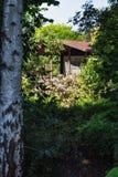 庭院棚子由一个美丽的装饰庭院ssurrounded 免版税库存图片