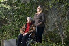 庭院水平的母亲妇女 免版税库存照片