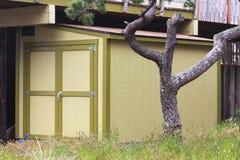 庭院流洒了与双门和垂直的屋顶 库存图片
