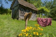 庭院流洒了与在篱芭的一个帽子 库存图片