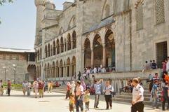 庭院清真寺sultanahmet游人 图库摄影