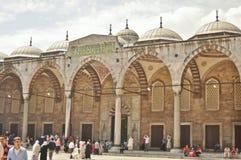 庭院清真寺sultanahmet游人 免版税库存图片