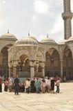 庭院清真寺sultanahmet游人 库存照片