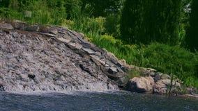 庭院瀑布 环境美化在城市公园 漫过石头的小河水 股票视频