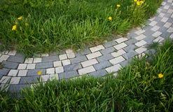 庭院环境美化 庭院路径 免版税库存照片