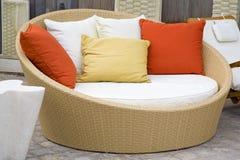 庭院现代沙发柳条 免版税库存图片