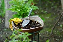 庭院瓢和庭院手套在花盆 免版税库存图片
