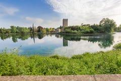 庭院的历史城堡和壮观的湖的看法 免版税库存照片