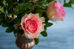 从庭院的新鲜的玫瑰色花束 免版税库存照片