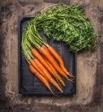 从庭院的新鲜的红萝卜黑木箱木土气背景顶视图关闭的 免版税图库摄影