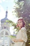 庭院的美丽的乌克兰女孩 免版税库存照片