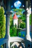 庭院的美好的室外看法有后边哥特式中世纪城堡博物馆的圆顶的一个出色的意见 免版税库存图片