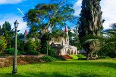 庭院的美好的室外看法有哥特式中世纪城堡博物馆一个出色的意见后边在麦德林,哥伦比亚 库存照片