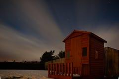 庭院的长的曝光在一多云满天星斗流洒了在Donegal 库存照片