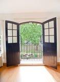 庭院看法通过开放办公室门 免版税库存照片