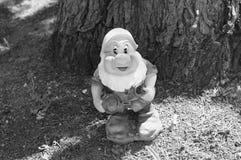 庭院矮人在树下 免版税库存图片