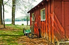 庭院红色棚子独轮车 库存图片
