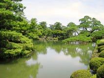 庭院绿叶kenrokuen包围的池塘 免版税图库摄影