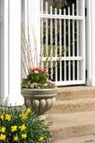 庭院缸和空白门 库存图片