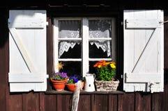 庭院老棚子视窗 免版税库存照片