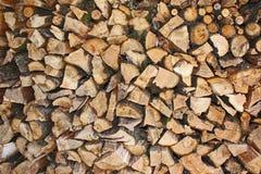 从庭院苹果木头切开的堆 免版税库存照片