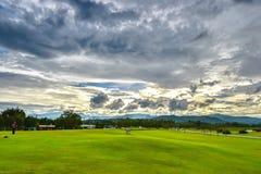 庭院草坪和多云天空云彩 免版税库存照片
