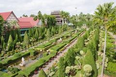 庭院装饰在Nong Nooch热带庭院里在芭达亚,泰国 免版税库存图片