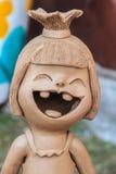 庭院装饰的愉快的陶瓷玩偶 逗人喜爱的陶瓷泥罐 免版税库存照片