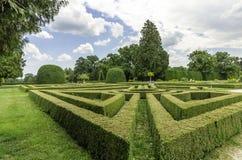 庭院迷宫在宫殿公园 免版税库存图片