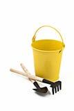 庭院铁锹、犁耙和被隔绝的金桶 库存照片