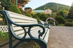 庭院铁长凳 免版税库存图片